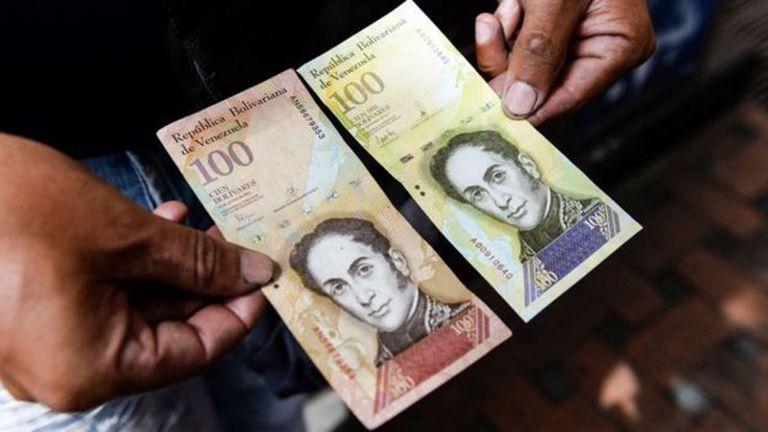 El bolívar, la moneda venezolana, continúa devaluándose.
