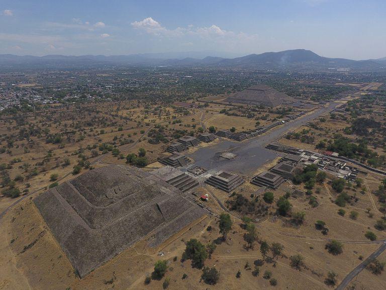 En esta imagen del 19 de marzo de 2020 se ven la Pirámide de la Luna, a la izquierda, y la Pirámide del Sol, al fondo, con pequeñas estructuras intermedias en Teotihuacan, México. (AP Foto/Rebecca Blackwell, Archivo)