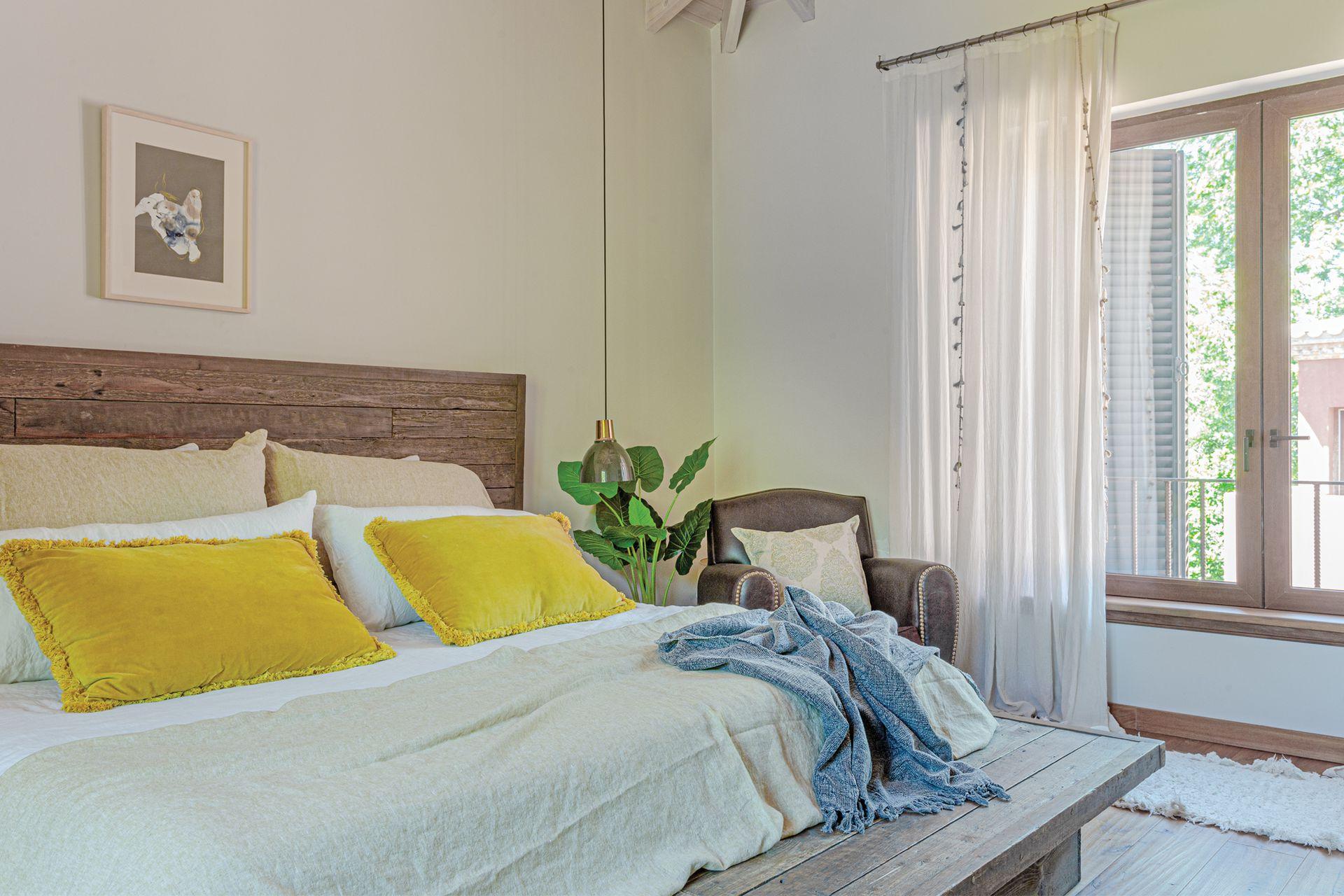 Almohadones de lino natural y terciopelo (Bay Studio). Manta y pie de cama (Profunda Decoración).