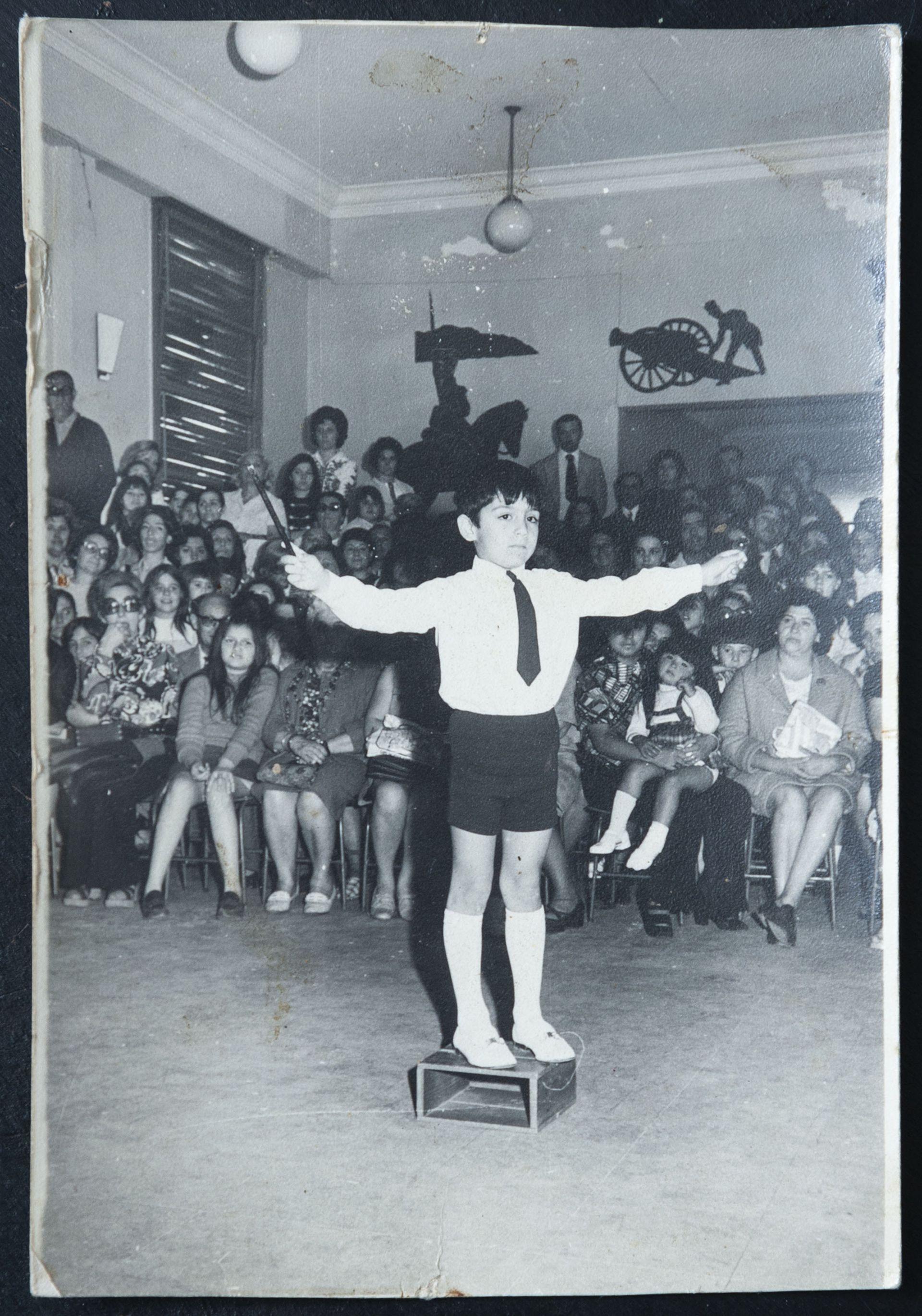 Parase frente a un auditorio y comunicar: una vocación temprana que Hugo Macchiavelli mostraba en la escuela.