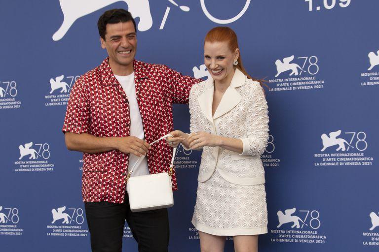 Oscar Isaac y Jessica Chastain se divierten en el encuentro con la prensa para promocionar Escenas de un matrimonio durante la 78a edición del Festival de Cine de Venecia en Venecia