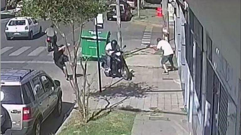 Video: un policía de civil mató a un motochorro en un intento de robo en Rosario