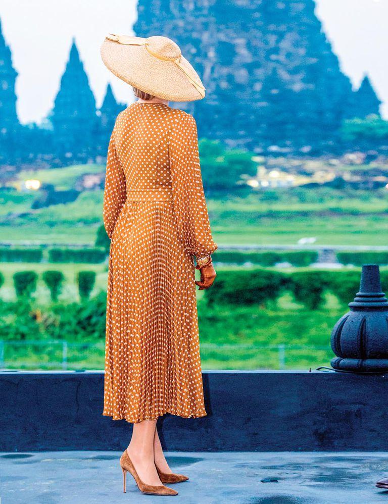 Máxima recuperó un vestido a lunares también de Zimmermann que se convirtió en su elección más viral por el parecido con el vestido de Julia Roberts en Pretty Woman. Lo había estrenado en Nueva York en noviembre de 2019. Lo combinó con una pamela de rafia.