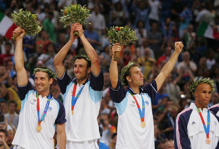 Alejandro Montecchia, Manu Ginóbili y Pepe Sánchez, campeones olímpicos con el básquet en Atenas 2004