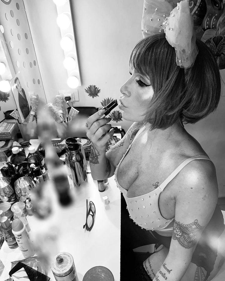 """Maquillándose para interpretar a su personaje """"Sally"""" en la obra Cabaret (Instagram)"""