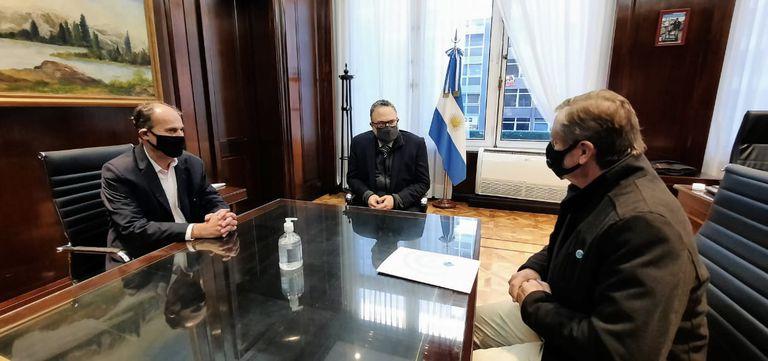 Marcelo Espinosa, coordinador de los equipos técnicos de Coninagro, el ministro Matías Kulfas y Elbio Laucirica, presidente de la entidad