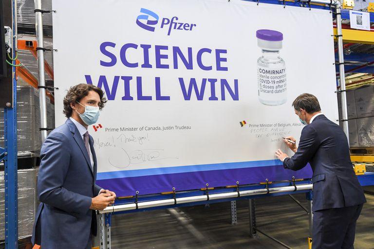 El primer ministro canadiense, Justin Trudeau, junto al primer ministro belga, Alexander De Croo, durante una visita a la planta de Pfizer en Puurs