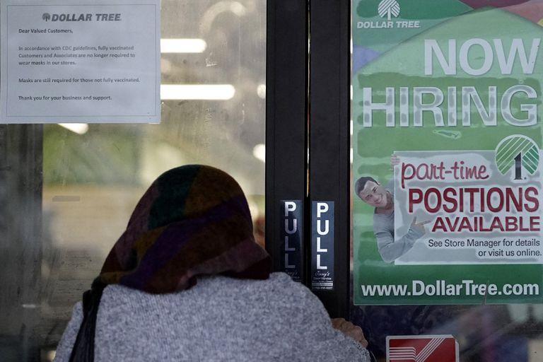 Su mercado laboral está bajo tensión por cambios en las tendencias económicas. Incluso después de un aumento de 850.000 empleos en junio y con abundantes puestos vacantes.