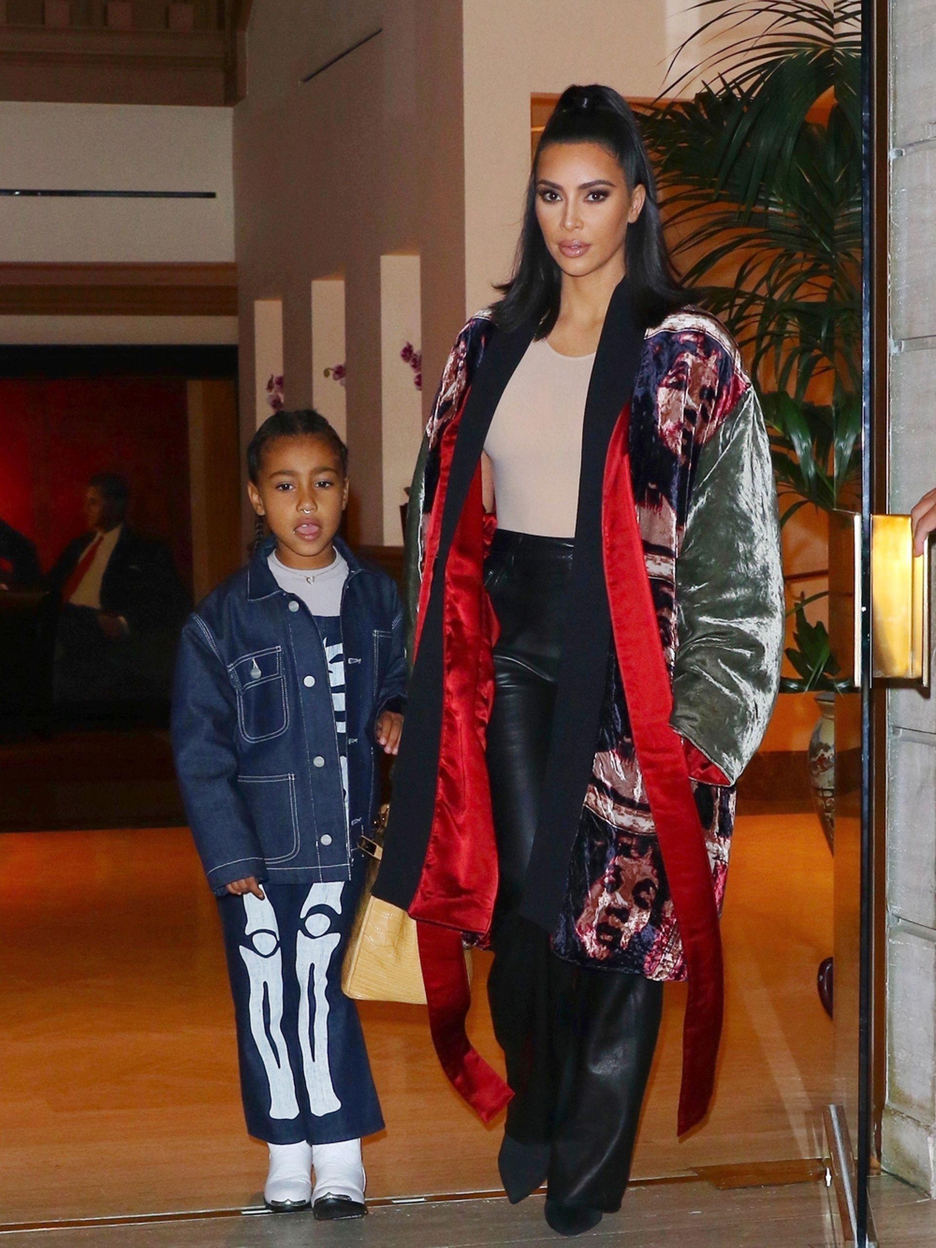 Kim Kardashian y su hija, North, quien la acompaña a la misa de los domingos que organiza Kanye West