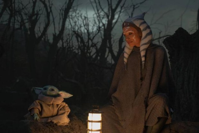 Ahsoka Tano interpretada por la actriz Rosario Dawson junto a la verdadera estrella de Star Wars: Baby Yoda