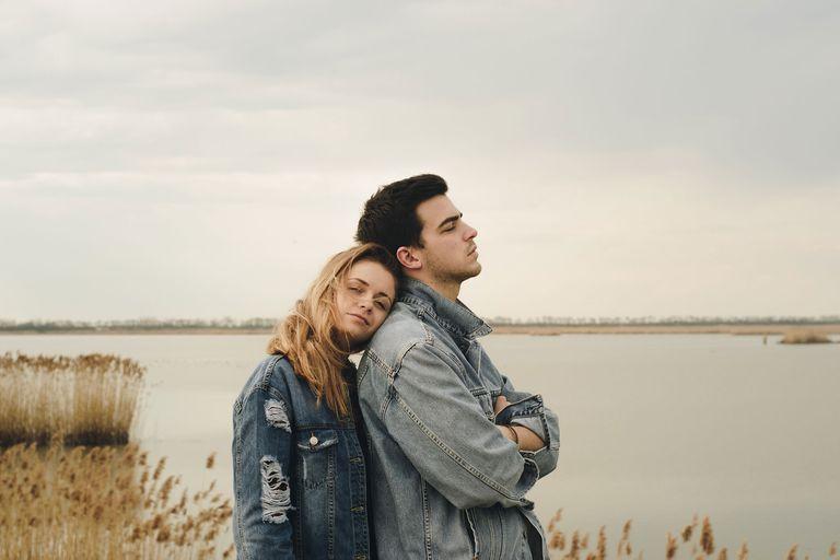 Por qué nos quedamos en una relación infeliz