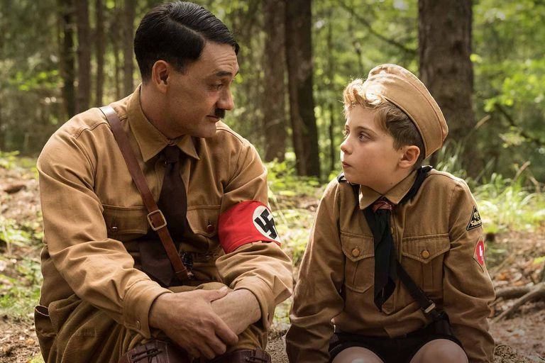 Taika Waititi y Roman Griffin Davis como el Hitler imaginario que acompaña en su aprendizaje al niño del título