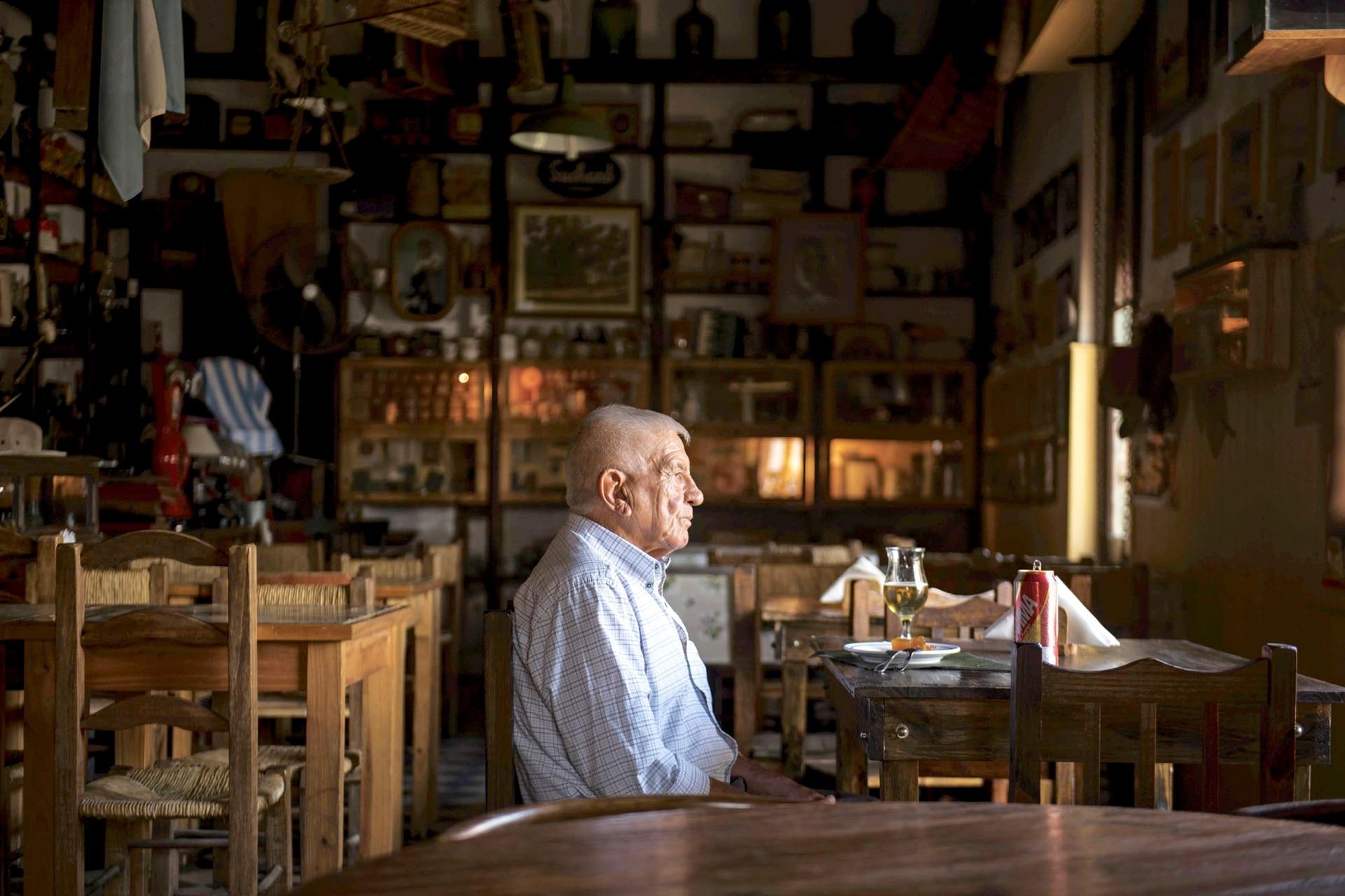 Un hombre mayor en la pulpería La Protegida, de Navarro
