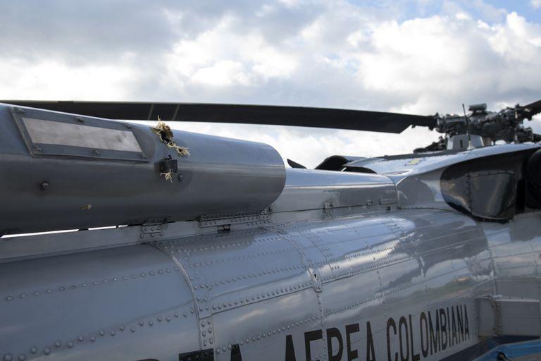 ARCHIVO - En esta foto de archivo del 25 de junio de 2021 divulgada por la Presidencia de Colombia se muestran los tiros en el fuselaje en un helicóptero de la Fuerza Aérea Colombiana después de ser atacado cuando transportaba al presidente Iván Duque. Las autoridades colombianas afirmaron el jueves 22 de julio de 2021 que detrás del ataque está el frente 33 de las disidencias de las extintas Fuerzas Armadas Revolucionarias de Colombia (FARC), que habrían planeado el atentado desde territorio venezolano. (César Carrión/Presidencia de Colombia vía AP, Archivo)
