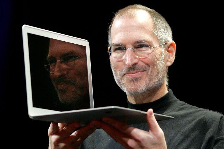 Jobs junto a una MacBook Air, en el lanzamiento del equipo en 2008