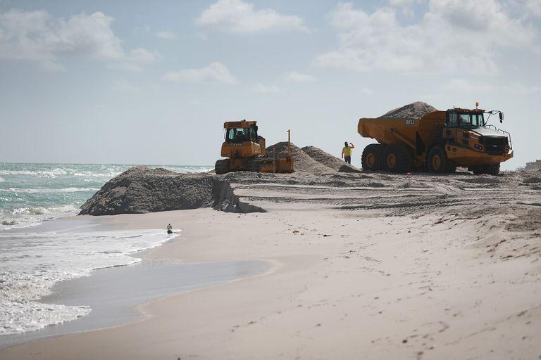 La arena llega en camiones desde el Condado Hendry, al este de Fort Myers, cortesía del Cuerpo de Ingenieros del Ejército