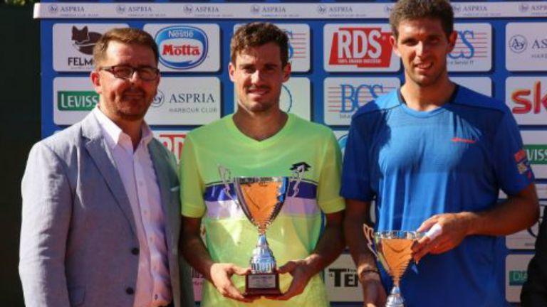 Pella y Delbonis, con los trofeos de la final