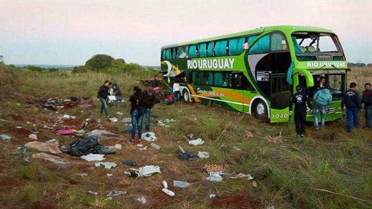 En elle lugar del trágico accidente, ayer los peritos de la policía brasileña revisaban el colectivo en el que viajaban los estudiantes