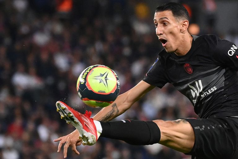 Paris Saint-Germain's Argentinian midfielder Angel Di Maria controls the ball during the French L1 football match between Paris Saint-Germain (PSG) and Montpellier (MHSC) at The Parc des Princes stadium in Paris on September 25, 2021. (Photo by FRANCK FIFE / AFP)