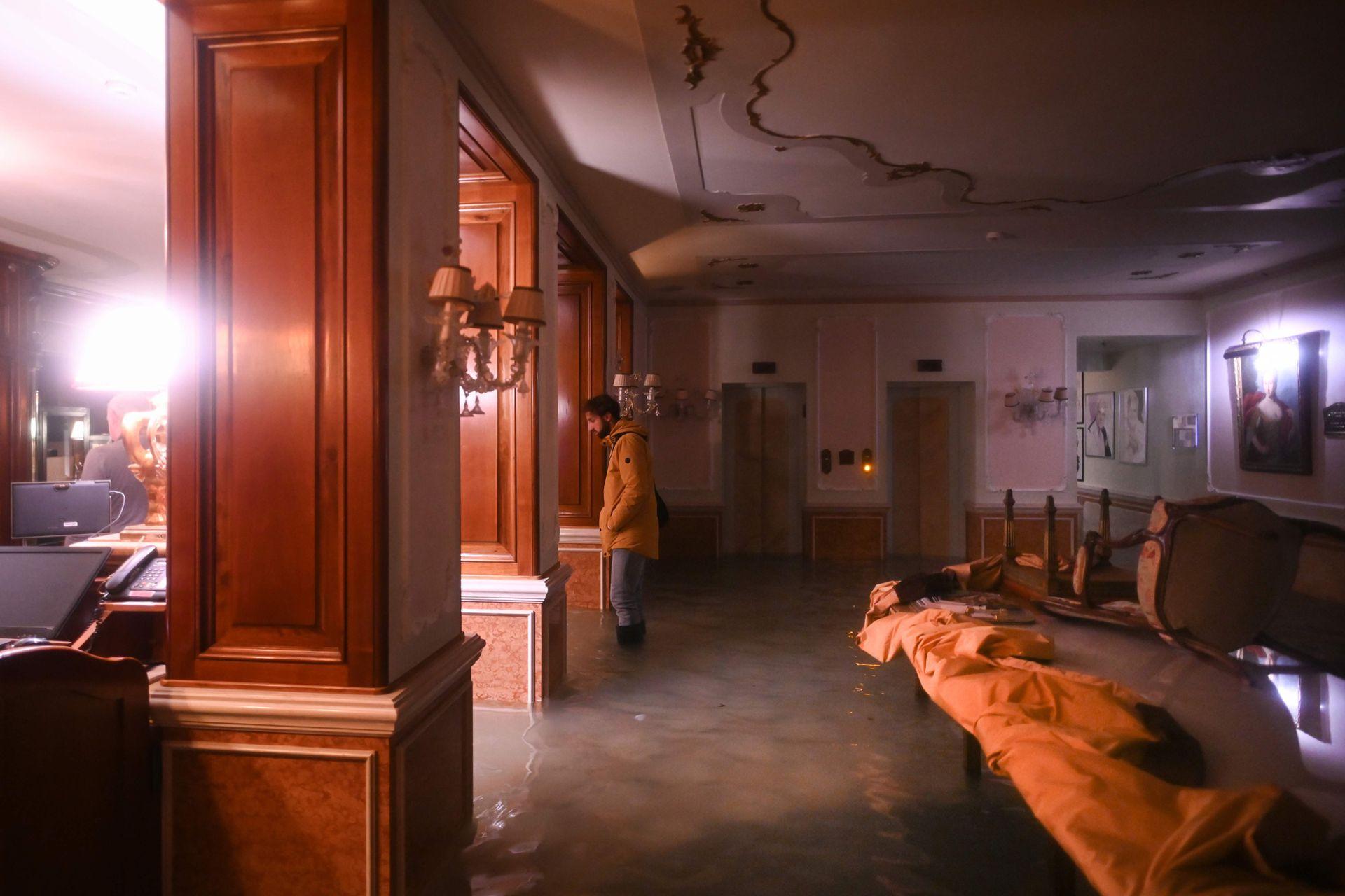 Un hombre observa los destrozos en el Palacio Gritti
