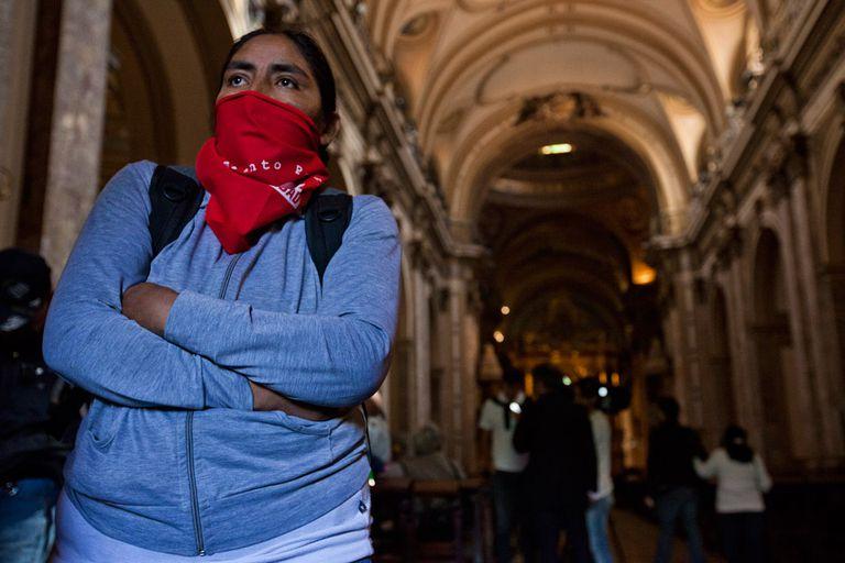 Manifestantes irrumpieron en la Catedral en reclamo contra los subsidios entregados por el gobierno porteño a las escuelas privadas