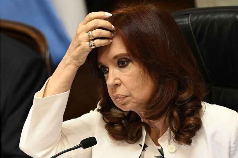 La vicepresidenta de Argentina, Cristina Fernández de Kirchner, hace gestos mientras dirige una sesión virtual del Senado en el Congreso en Buenos Aires