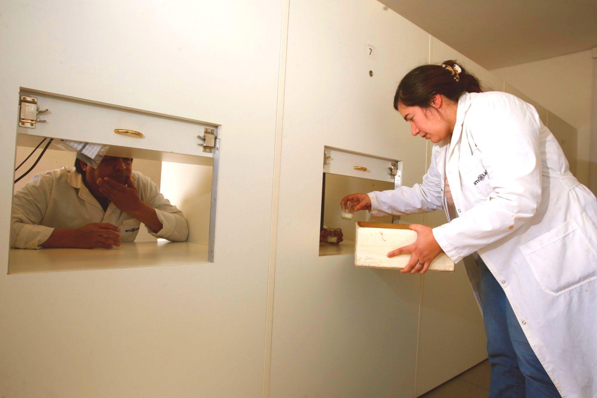Ayelén Gian Marco reparte las muestras a catar