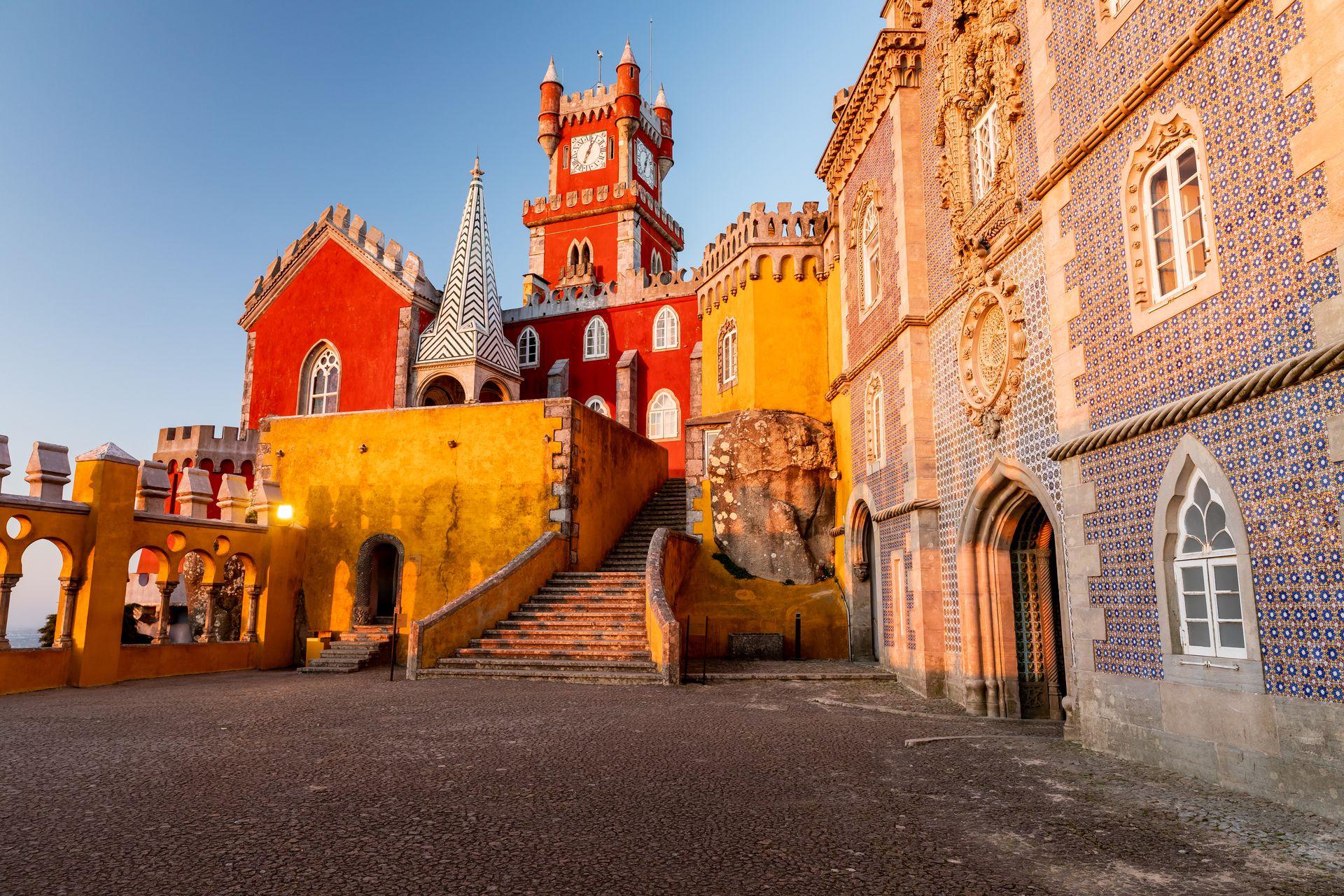 El palacio da Pena, entre amarillos y rosas que hablan de distintas etapas.