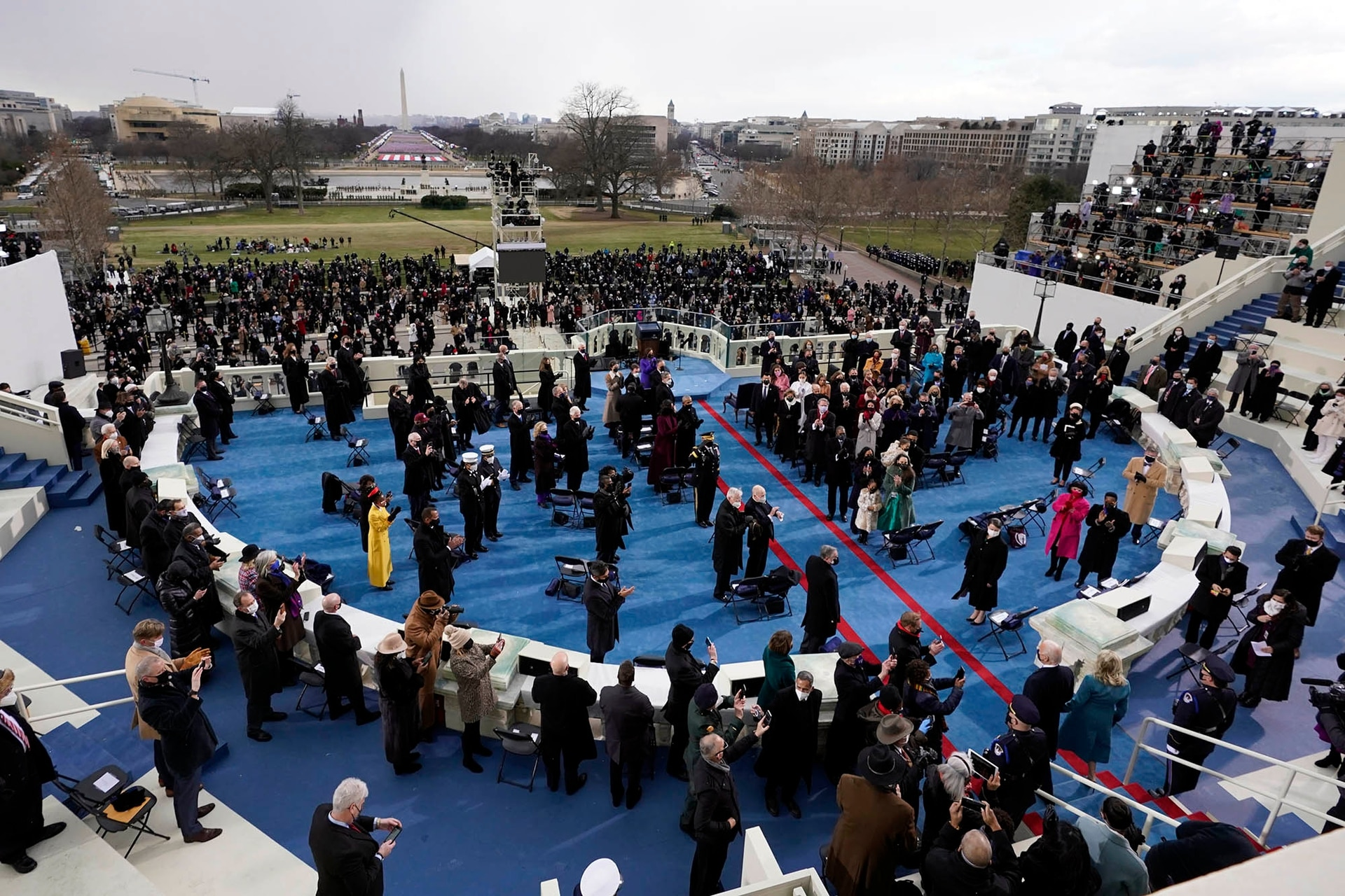 El presidente electo Joe Biden sale al pórtico para jurar como presidente número 46 de los Estados Unidos durante la 59.a inauguración presidencial en el Capitolio de los Estados Unidos en Washington
