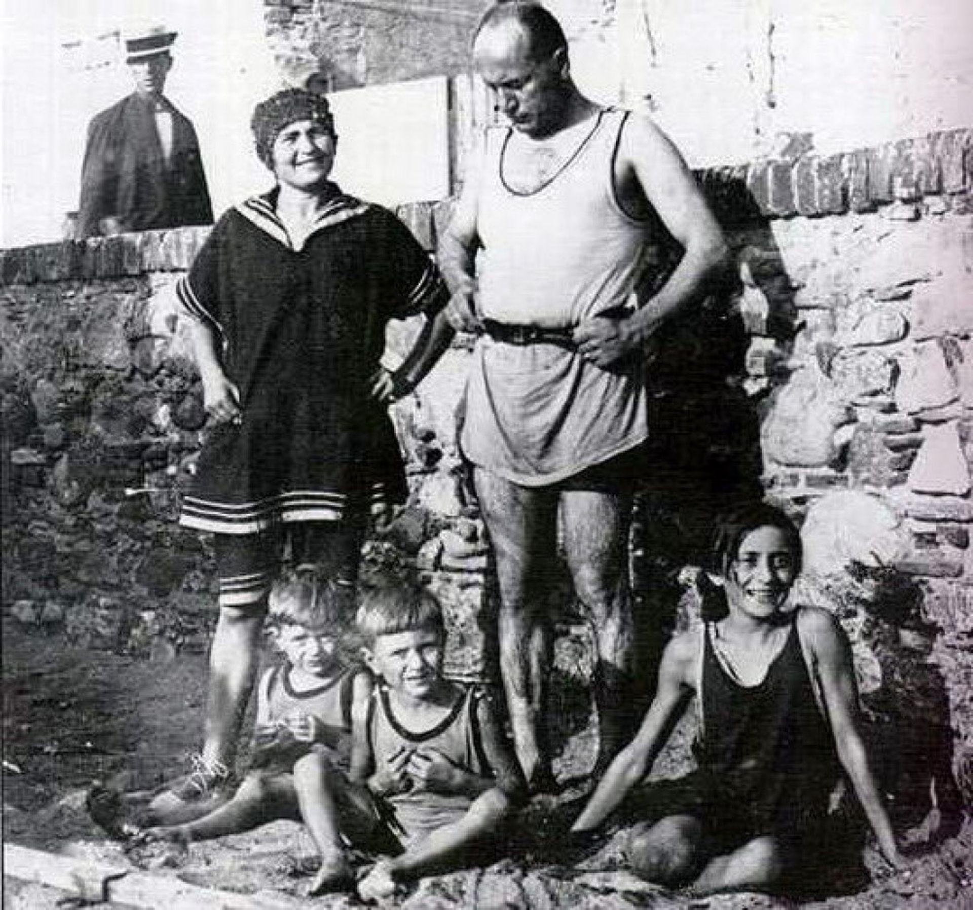 La familia Mussolini con los hijos al pie, Edda incluida