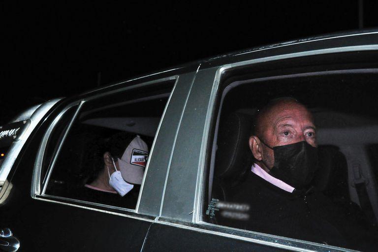 Juana se retiró del aeropuerto de San Fernando en una camioneta junto al empresario Mauricio Filiberti, que viajó adelante, en el asiento del acompañante