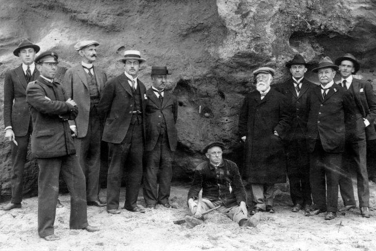 Una comisión investigadora integrada por figuras notables viajó a Miramar para verificar los sitios arqueológicos