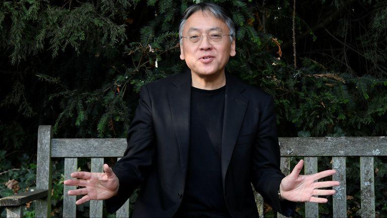 Kazuo Ishiguro en la puerta de su casa, en Londres, al conocerse que había sido distinguido con el premio Nobel de Literatura