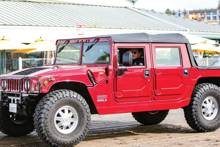 Cuando incursionó en la política como gobernador de California –cargo que mantuvo de 2003 a 2011–, se convirtió en un embajador de los vehículos eco-friendly, y es dueño del primer Hummer eléctrico