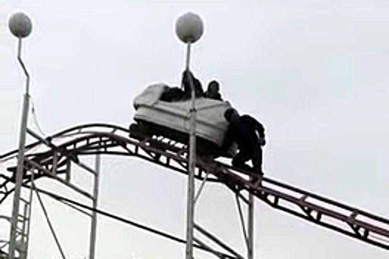 La pareja quedó atrapada dentro del carro de la montaña rusa en un parque recreacional de General Pico