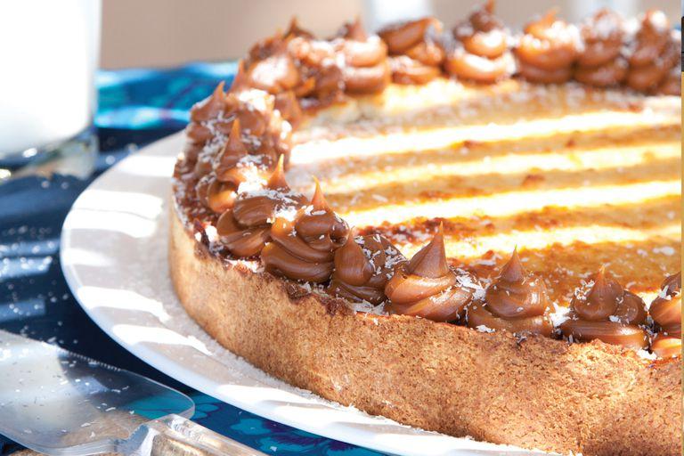 Torta esponjosa de coco y dulce de leche