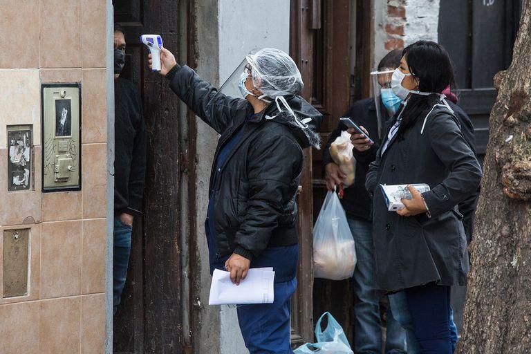 Personal de salud y voluntarios recorren las casas en el barrio porteño donde consultan sobre los contactos estrechos de los vecinos