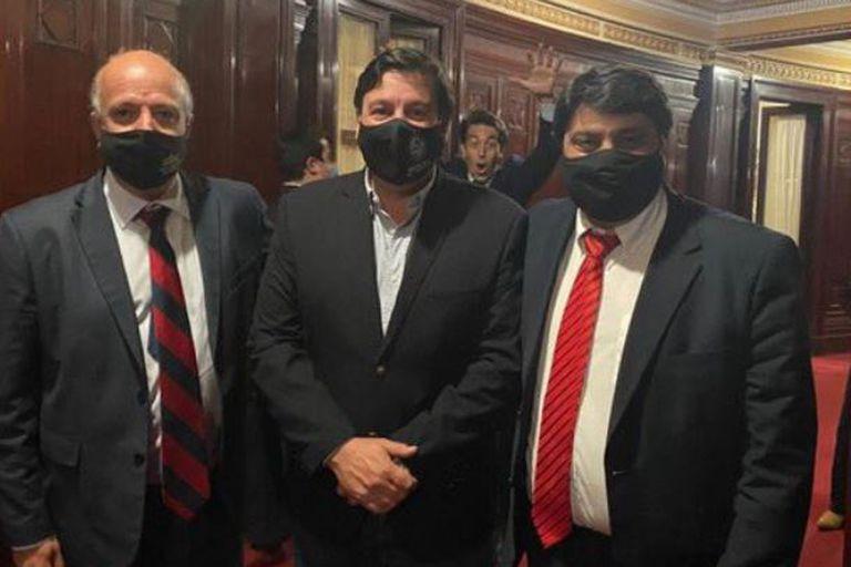 La foto que se tomaron un ministro con dos senadores del Partido Colorado, en la que él aparecía atrás de ellos haciendo morisquetas a la cámara.