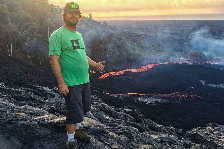 El guía de turismo que muestra en vivo la erupción del volcán en Hawaii