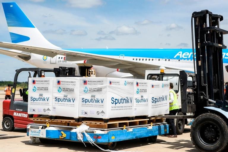 En diciembre llegó el primer cargamento de la vacuna rusa en un avión de Aerolíneas Argentinas; con el nuevo envío que llegará mañana se alcanzarían las 1.200.000 dosis