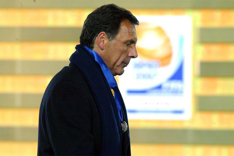 Medalla plateada delante del pecho de Miguel Russo, finalista en 2007 dirigiendo a Boca.