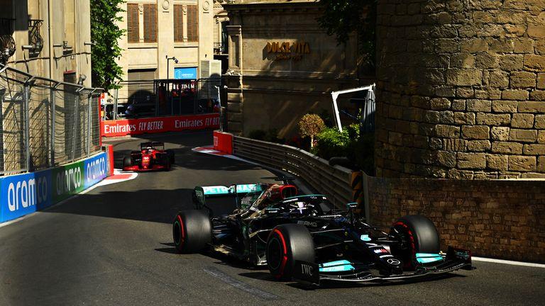 Lewis Hamilton por delante de Charles Leclerc, en el arranque de la carrera en Bakú