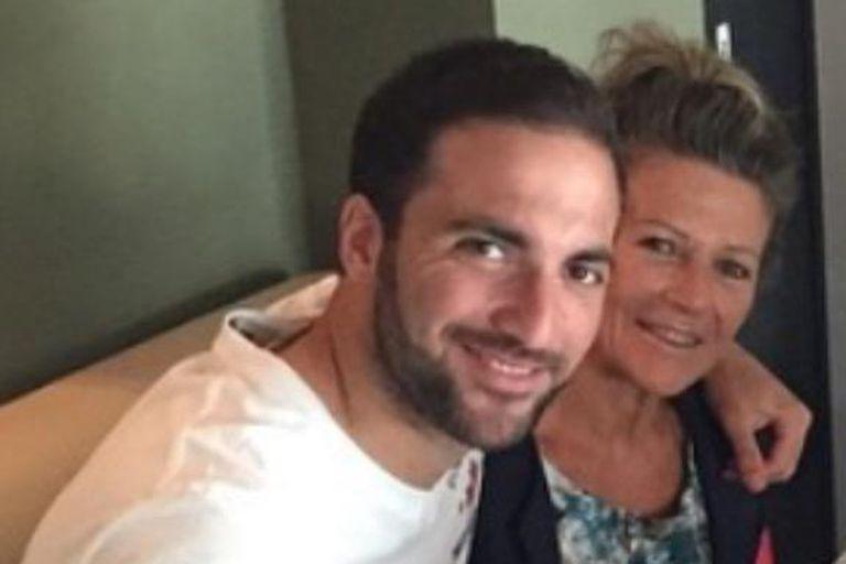 """Una imagen familiar, Gonzalo con Nancy, su mamá; """"Es una tora, es una tora"""", repite el goleador"""