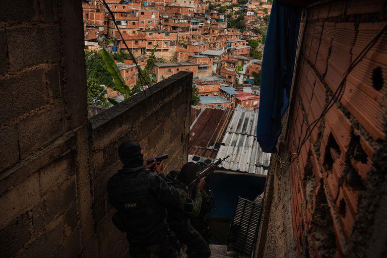 Inflables y granadas: las pandillas debilitan el poder de Maduro en su bastión