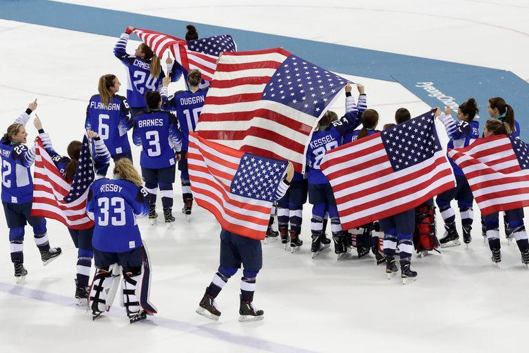 El festejo del equipo femenino tras el oro olímpico
