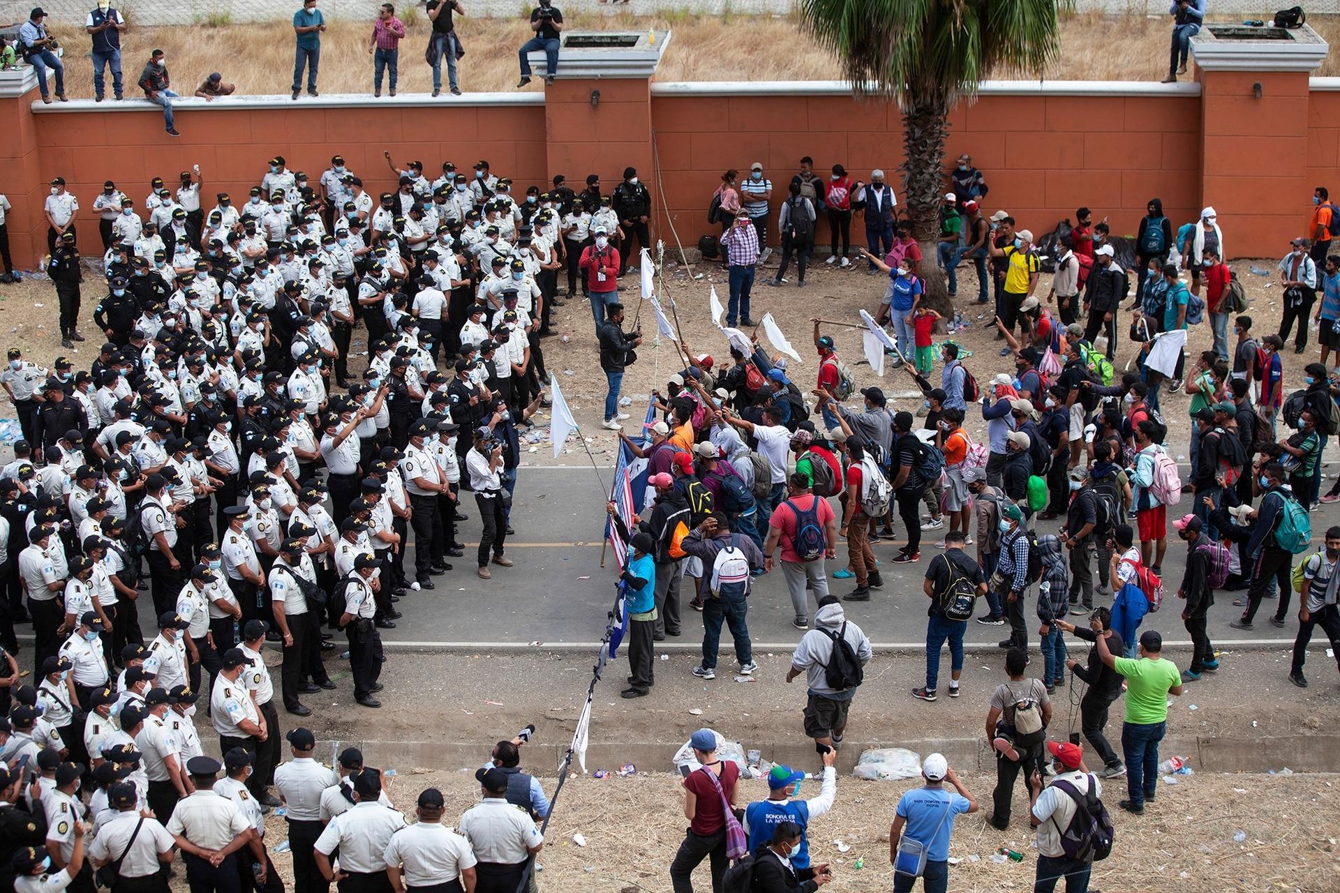 Los migrantes hondureños se enfrentan a la policía guatemalteca, que les impide avanzar hacia la frontera con Estados Unidos en la carretera en Vado Hondo, Guatemala