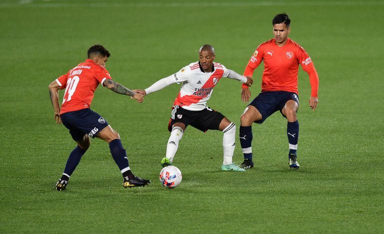 Nicolás De la Cruz, encerrado entre Lucas Romero y Sergio Barreto; River e Independiente se miden por la 10° fecha del Torneo 2021