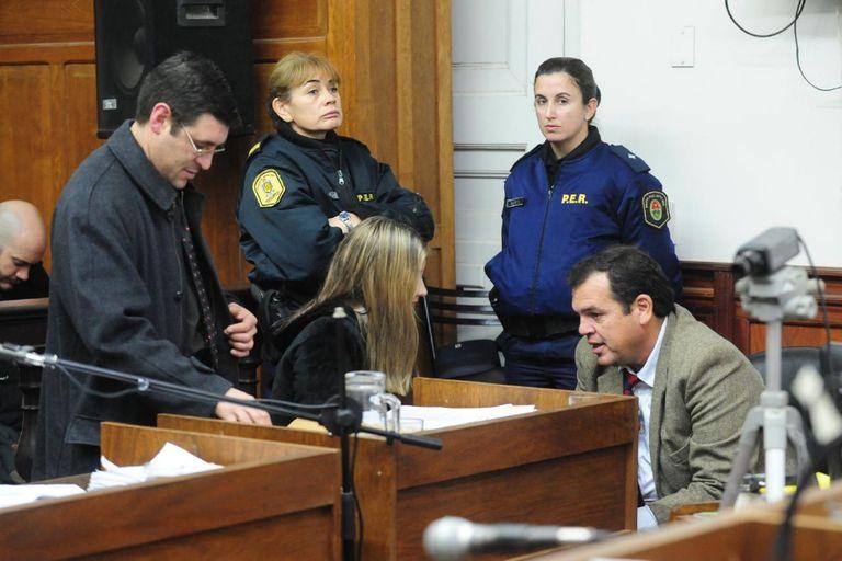 Nahir Galarza y uno de sus abogados, durante la audiencia de ayer