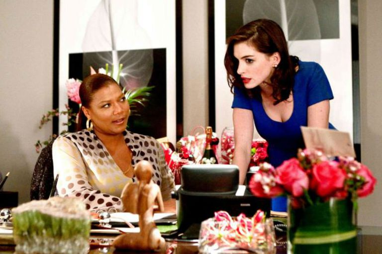 La nominada al Oscar Queen Latifah y la ganadora Anne Hathaway en la pésima Día de San Valentín