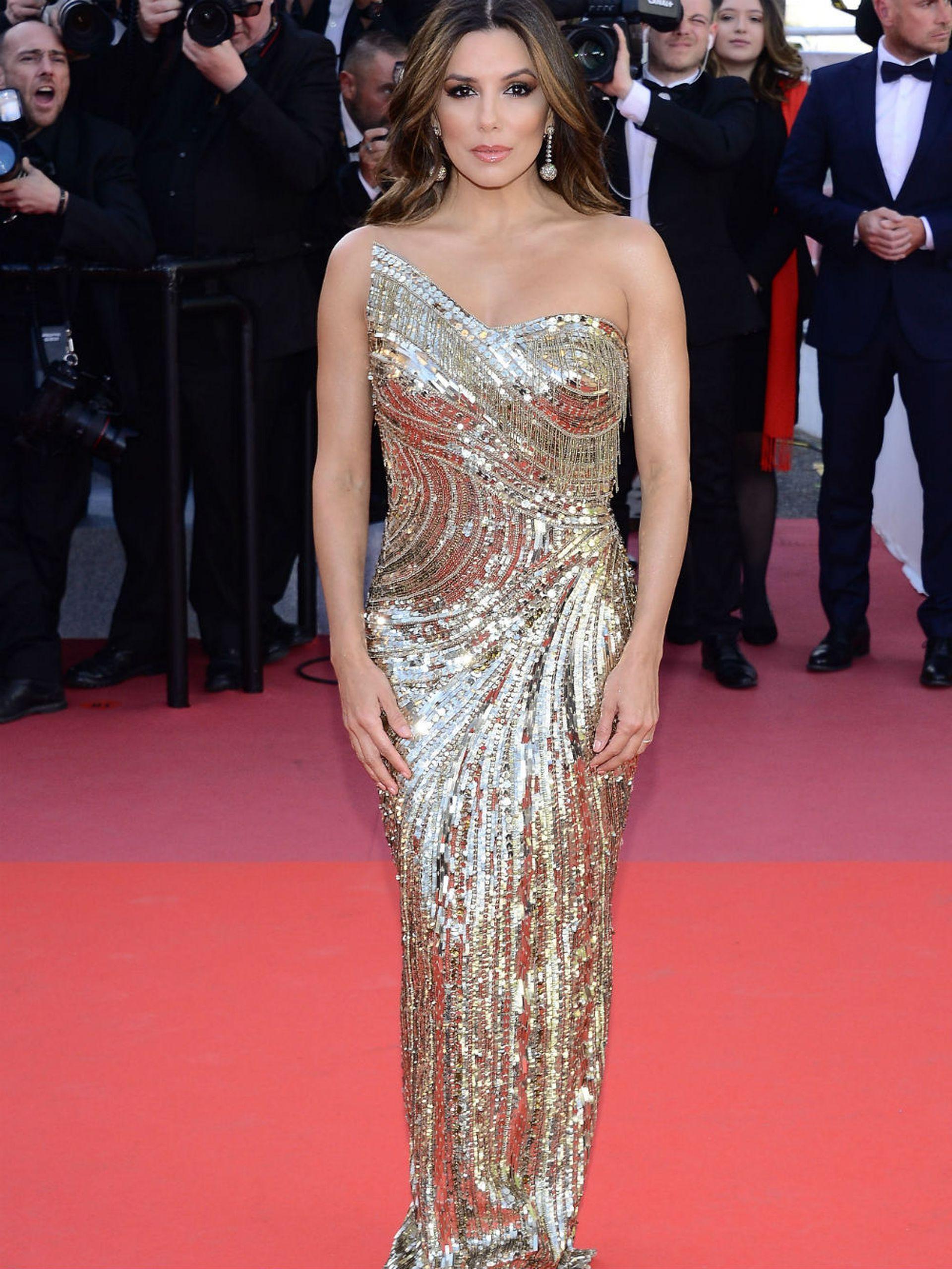 Eva Longoria también asistió a la misma proyección, luciendo un vestido dorado impactante